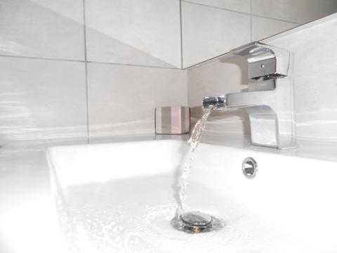 Deux chambres coin couchage salle de bain - Paravent douche italienne ...